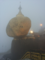 Golden Rock im Nebel